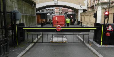 Fermo sotto ispezione del veicolo presso le Houses of Parliament, Londra